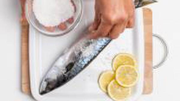 Limpia las caballas, dispónlas en una fuente de horno y rellena el vientre de cada una con 1/2 diente de ajo, 1/2 pastilla de Avecrem 100% Natural 8 Verduras desmenuzada y una ramita de romero. Espolv