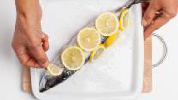 Hornea el pescado durante 20 minutos. a 180 ° C. Después, con la ayuda de la punta de un cuchillo quítales la sal. Sírvelas fileteadas y cubiertas con dos cucharadas de aceite de oliva virgen extra y