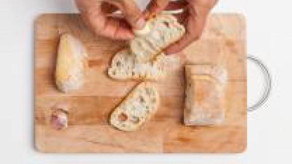 En una sartén, saltea las rebanadas de pan y frótalas con un diente de ajo. Luego, unta las rebanadas con el paté de remolacha y decora con las semillas de calabaza y/o semillas de sésamo. Sirve.