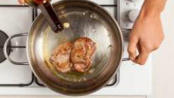 Vierte el vaso de vino tinto al estofado y continua la cocción durante otros 20 minutos. Sirve caliente acompañado de las patatas fritas al horno y unas cucharadas de la salsa de la cocción.