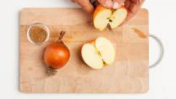 Pela la cebolla y rállala; lava las manzanas y también rállalas. Corta el queso en trozos. En una sartén, rehoga la cebolla con las manzanas y reserva.