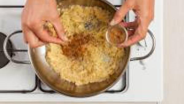 A continuación, añade la cebolla y las manzanas y saltea con 1 cucharadita de canela en polvo. Mezcla bien y cocina con un agua caliente y un pastilla de Avecrem 100% Natural 8 Verduras.Cuando el arro