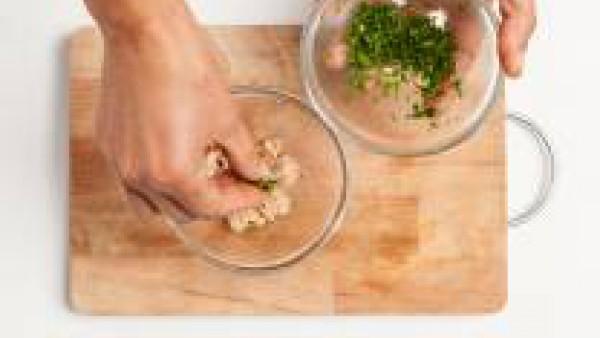 Por otro lado, escurre el atún y ponlo en un bol. Añade el perejil fresco picado, 2 cucharadas de Tomate Frito Gallina Blanca, sazona con sal y pimienta y mezcla bien todos los ingredientes.