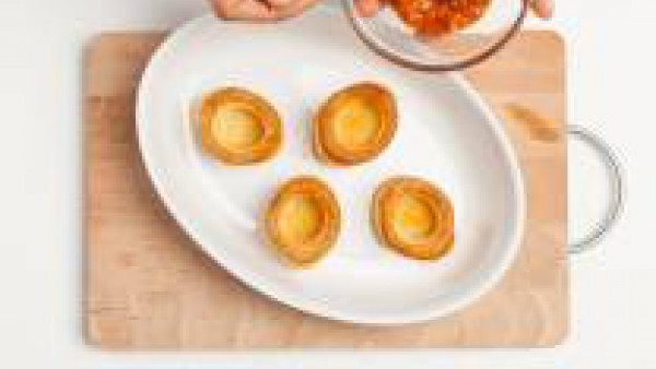 Rellena cada volován con una cucharadita de Tomate Frito Gallina Blanca y un dado de queso.