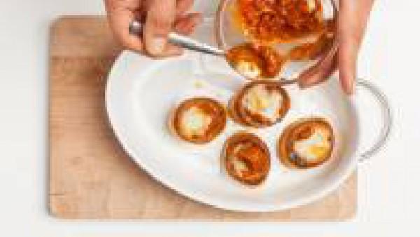 Finalmente, cubre el relleno con otra cucharadita de Tomate Frito, y espolvorea con queso parmesano rallado y pimienta al gusto. Pon los volovanes al horno durante 5 minutos antes de servirlos.