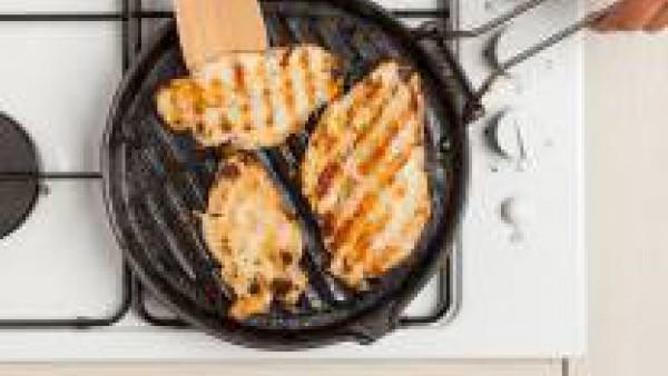 Cocina los filetes de pavo, añade sal y disponlos en un fuente. Decora con tomillo y sírvelos con el puré.