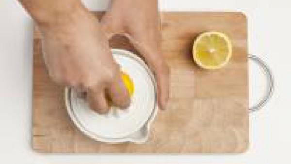 Exprime el jugo de medio limón, escurre los garbanzos y mézclalo con 1 cucharada de sésamo y el jugo de limón. Si la textura de la crema es demasiado gruesa, añade un poco de caldo hasta obtener la co