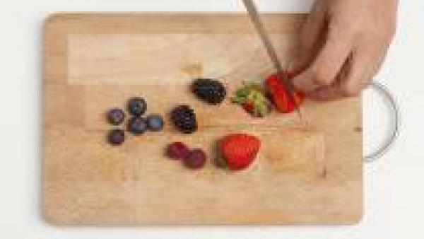 Limpia la fruta y córtala en rodajas. Saltéala con el azúcar moreno hasta que quede con textura de compota. Por separado, derrite el chocolate al baño María.