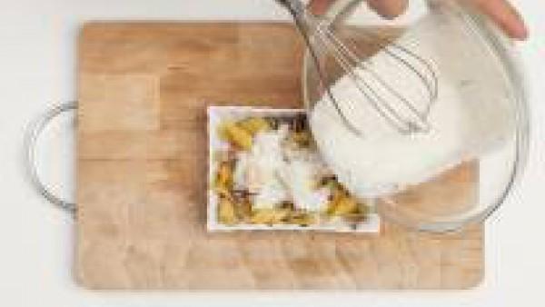 En una fuente de horno media bien engrasada con aceite de oliva, pon la masa, la salsa, la mozzarella y cubre con las rebanadas de tocino. Decora con el queso rallado. Hornea en el horno durante 15 mi