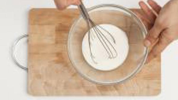 Mientras tanto, prepara la salsa: derrite la mantequilla, agrega la harina y revuelve hasta que haga chup-chup. A continuación, añade la leche poco a poco, la sal y la pimienta negra y la nuez moscada