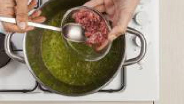 A continuación, añade la carne y continua la cocción durante otros 20 minutos. Mientras tanto, pon en el horno las rebanadas de pan untadas con 1 cucharada de aceite de oliva virgen extra y espolvorea