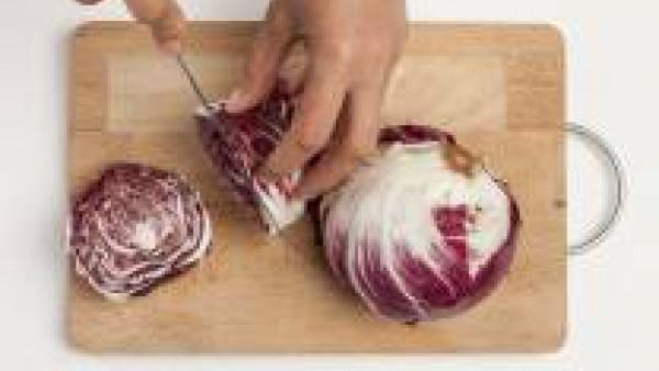 Corta la carne en cubos, dóralas en una sartén con 1 cucharada de aceite de oliva. Después de unos minutos, agrega el Avecrem desmenuzado y un vaso de agua. Continúa la cocción hasta casi su total abs