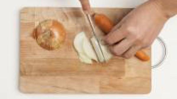 Corta la carne en trozos no muy grandes y reserva. Pica finamente la cebolla y la zanahoria y fríelas en una sartén grande con 2 cucharadas de aceite de oliva virgen extra. A continuación añade la car