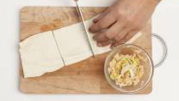 Corta la masa en 8 rectángulos. En una sartén, saltea el salmón con 1 cucharada de aceite de oliva y, después de unos minutos, agrega 1/2 pastilla de Avecrem Pescado -30% de sal. Cocina a fuego lento