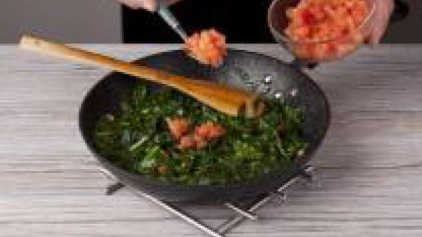 Corta el ajo en láminas finas y dóralo en una sartén con 2 cucharadas de aceite de oliva. Añade las espinacas y cocínalas brevemente añadiendo 1 pastilla de Avecrem Verduras -30% de Sal. Ponlas a punt