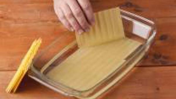Pon a hidratar las placas de Lasaña Fácil El Pavo tal y como se indica en el envase.