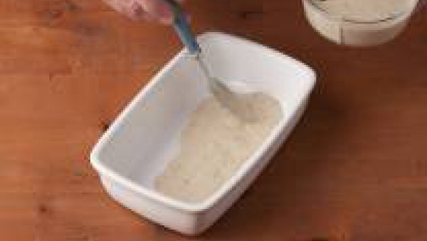 Monta la lasaña. Para ello echa en una fuente de horno un poquito de Mi Salsa de Champiñones Gallina Blanca hasta cubrir la superficie.  Añade por encima las placas de Lasaña Fácil El Pavo, hasta cubr
