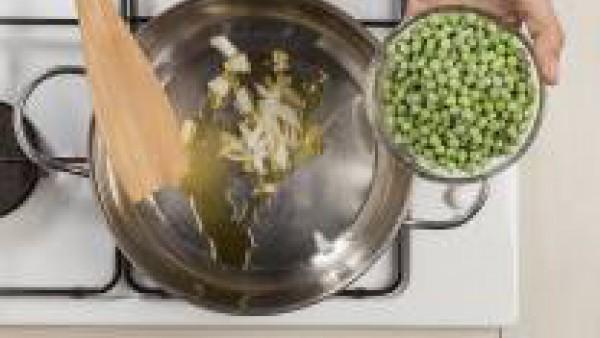 Preparar la salsa friendo la cebolla cortada con una cucharada de aceite de oliva. Añade los guisantes, un poco de sal y pimienta y cocínalo a fuego lento durante 20 minutos.