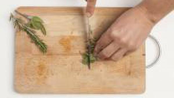 En una tabla de cortar, picar finamente el romero y el diente de ajo. En un bol, mezcla la carne, el romero, el ajo y 1 huevo batido. Mezcla bien todos los ingredientes y prepara las albóndigas.