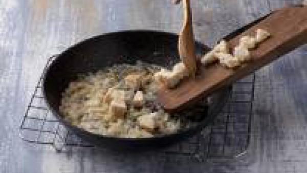 Rehoga en una sartén los ajos picados
