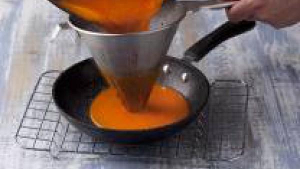Tritura la salsa con la ayuda de un batidor eléctrico y cuélala por un colador. Échala de nuevo a la cazuela y añade el bacalao. Déjalo cocinar todo unos 5 minutos más. ¡Y listo para triunfar!