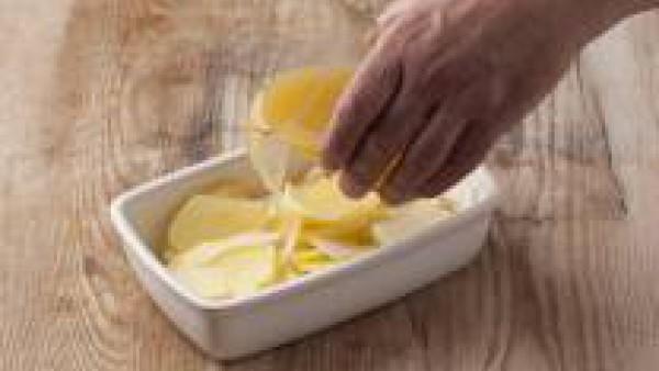 Echa una fuente de horno 2 cucharadas de aceite de oliva, las patatas, las cebollas y 1 vaso de Caldo Casero de Pescado 100% Natural y mézclalo bien. Cocina en el horno a 170ºC las patatas y la ceboll
