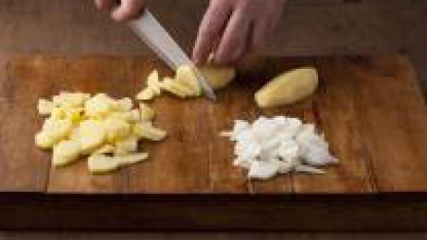 Pela las cebollas y las patatas