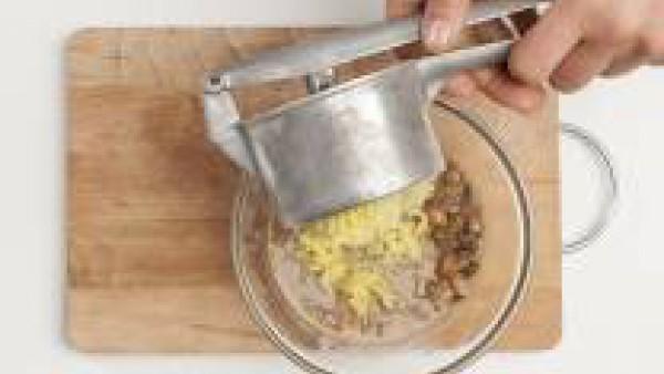 Después de aproximadamente 25 min, retíra las verduras del fuego y vierte en un tazón grande. Haz un puré machacando las papas y deja enfriar durante unos minutos. Mientras tanto, fríe los pimientos e