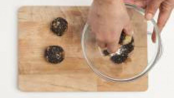 Deja enfriar el puré, añádele las verduras y mézclalo bien. Después, incluye a la mezcla de los huevos batidos y el pan rallado. A continuación crea bolas con las manos. Si quieres, puedes pasar cada