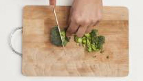 Limpia el brócoli y córtalo finamente. En un bol, mezcla la carne de pollo, el brócoli troceado y una pizca de sal. Añade el huevo y mezcla bien. Precalienta el horno a 200 °C.