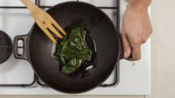 Saltea las espinacas con un poco de aceite
