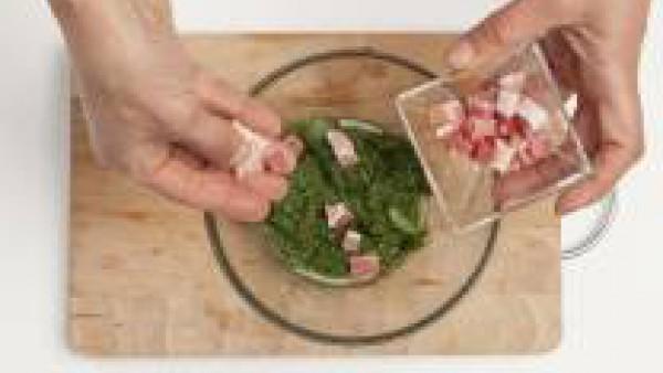 Cuando estén cocidas las acelgas colócalas en un bol y remuévelas.