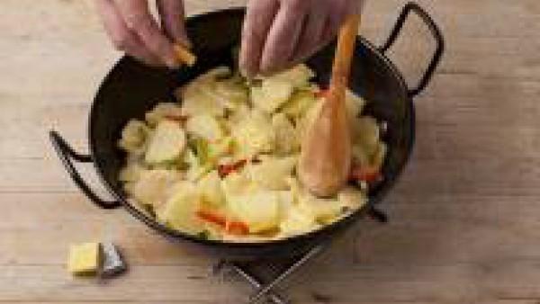 Pela las patatas y córtalas en láminas finas, añádelas a la cazuela, echa la media pastilla de Avecrem Caldo de Pollo y déjalas cocinar unos 15 minutos, con la cazuela tapada y mezclando de vez en cua