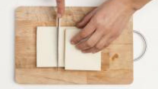 Corta el pan de molde hasta obtener 8 rebanadas y ponlos en la tostadora unos minutos.