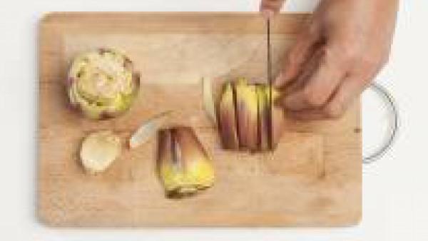 Pela las alcachofas, quitando la parte blanda interior y dejando la más dura.