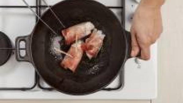 En una sartén añade una cucharada de aceite de oliva y saltea los rollos de pescado y jamón.