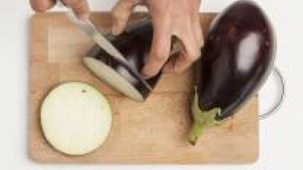 Pela las verduras y corta la berenjena a dados y las chalotas con cortes finos. Fríelo con aceite de oliva. Mientras tanto, hierve la pasta en agua con una pastilla de Avecrem Caldo de Pollo durante l