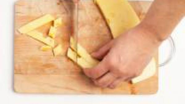 Corta el queso en cuadraditos y chafa las nueces.