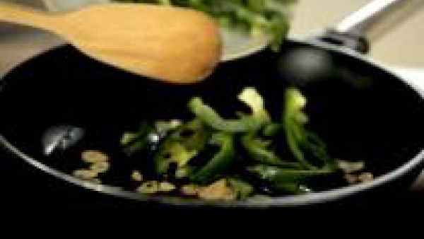 Lamina los ajos, ponlos en una sartén con un chorro de aceite
