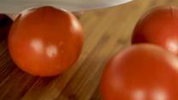 Haz un corte en forma de cruz a los tomates