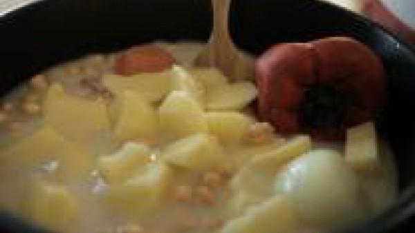 Cuando tengas las verduras asadas, pélalas y colócalas en una olla con los garbanzos escurridos, el Caldo Casero de Pollo 100% Natural Gallina Blanca, los dientes de ajo, las patatas peladas y cortada