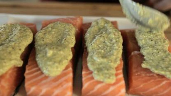 Sazona las supremas de salmón y cúbrelas con la mezcla reservada. Ponlas en una bandeja de horno junto con el tomate cortado a mitades, las endivias partidas por la mitad y las puntas de los espárrago