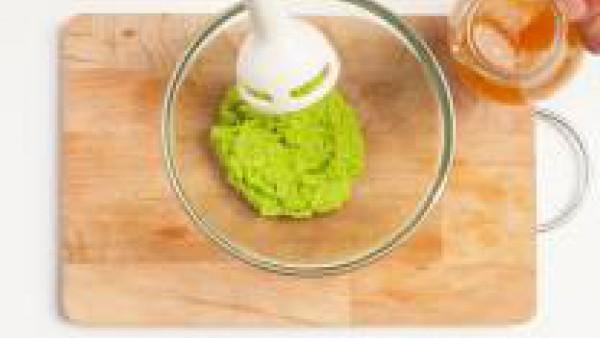 Continúa la cocción durante 15 minutos, tapa la sartén, sazona con sal y pimienta. En un recipiente adecuado, coloca los guisantes y 1 cucharadita de mostaza y mezcla. Si es necesario, para hacer la m