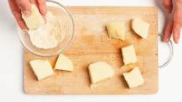 Empana los bocados de sémola pasándolo primero por el pan rallado y luego por el huevo y de nuevo en el pan rallado. Fríe en aceite caliente y sirve espolvoreado con azúcar en polvo.