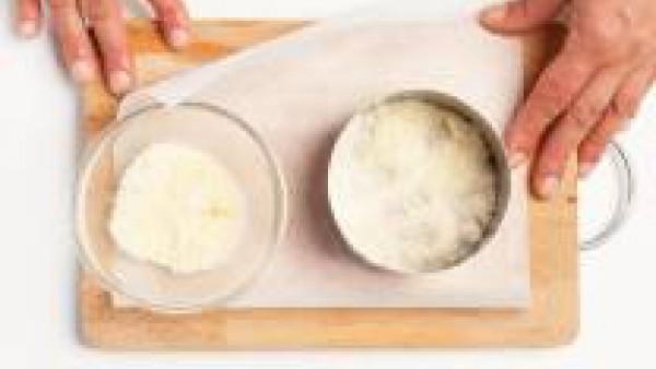 En una bandeja pon una hoja de papel de horno y, con la ayuda de un cortador de pasta, forma discos de queso rallado con un espesor de aproximadamente 2 mm. Hornea el queso a 200 ° C durante 5 min. co