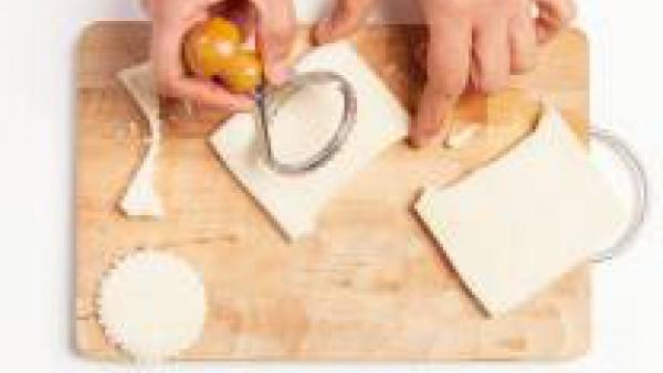 Con un cortapastas da forma a 16 discos. Por otra parte, cocina los huevos durante 8-10 min. en agua hirviendo. Déjalos enfriar y corta en rodajas finas.