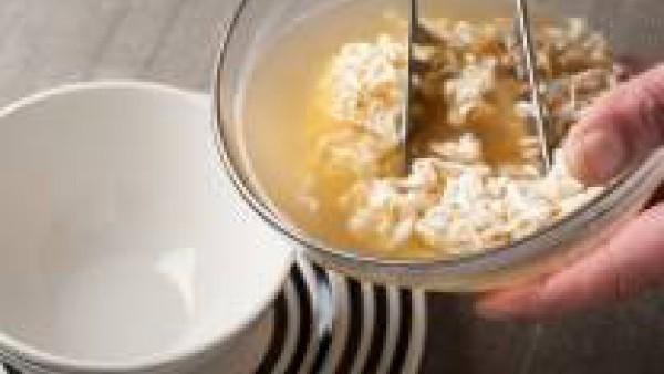 Vierte los fideos en la sopa y añade los paquetes de condimento que se encuentran en los Yakisoba. Sirve caliente con las hojitas de apio como guarnición.