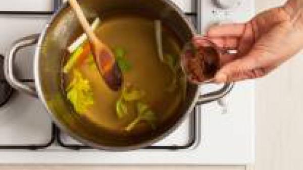 Pela y corta en tiras 1 zanahoria y 1 tallo de apio. Reserva las hojas de apio para decorar; ralla la raíz de jengibre. En una cacerola grande, prepara la sopa de miso. Pon las verduras a fuego lento