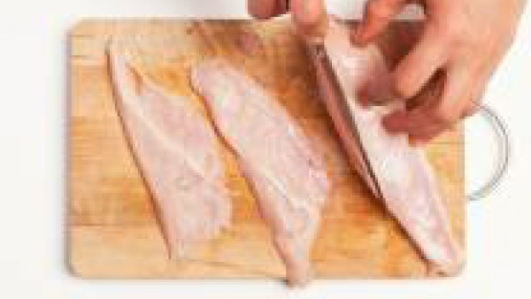 Corta la pechuga de pollo en rodajas no muy finas, después elimina cualquier hilo de grasa de la carne.