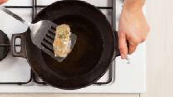 Unta los discos de pasta de arroz con un poco de agua y rellénalos con las verduras. Ciérralos bien y fríe los rollos en aceite caliente.